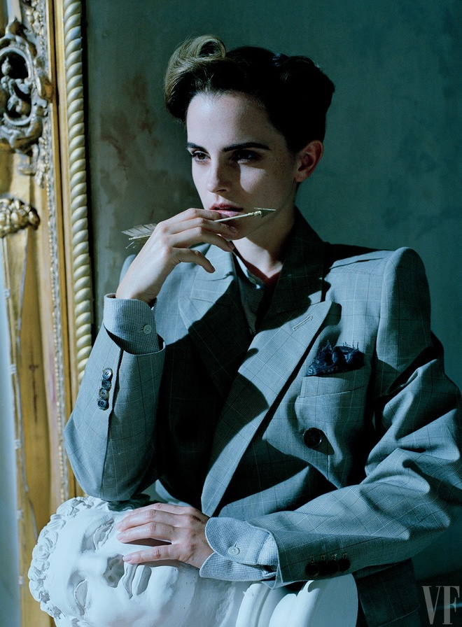 Emma Watson lan dau mac trang phuc nong bong hinh anh 5