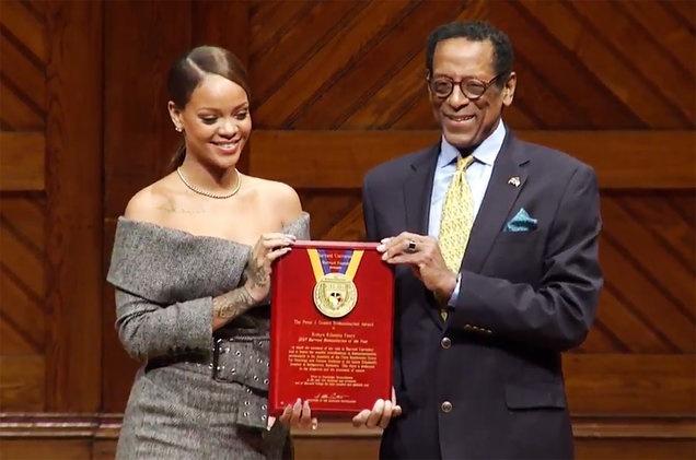 Rihanna nhan giai thuong nhan dao cua Dai hoc Harvard hinh anh 1