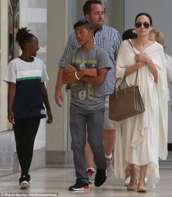 Pax Thien chung chac khi cung me Angelina Jolie xuat hien o san bay hinh anh 5