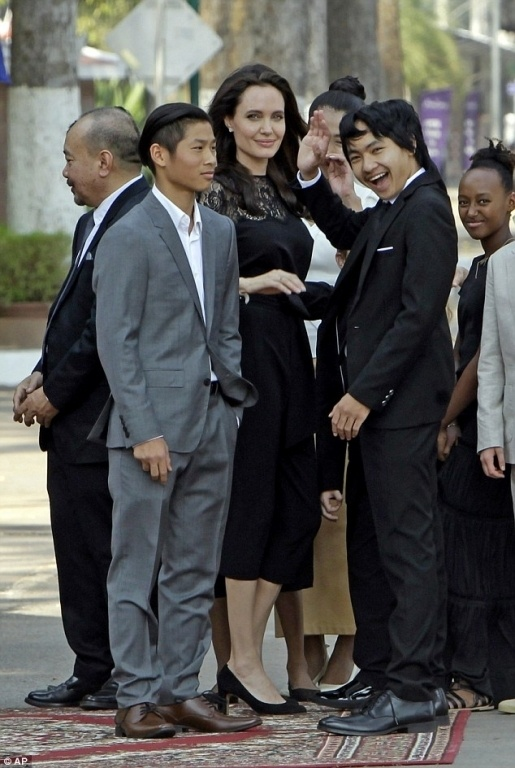 Pax Thien chung chac khi cung me Angelina Jolie xuat hien o san bay hinh anh 6