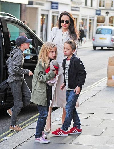 Angelina Jolie dua cac con di nha sach o Anh hinh anh 2