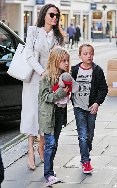 Angelina Jolie dua cac con di nha sach o Anh hinh anh 1