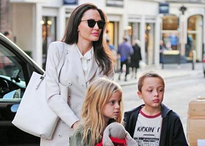 Angelina Jolie dua cac con di nha sach o Anh hinh anh