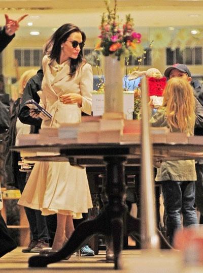 Angelina Jolie dua cac con di nha sach o Anh hinh anh 3