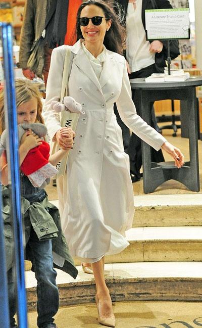 Angelina Jolie dua cac con di nha sach o Anh hinh anh 6