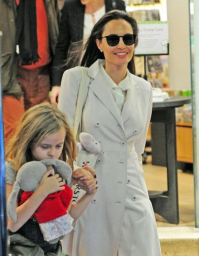 Angelina Jolie dua cac con di nha sach o Anh hinh anh 4