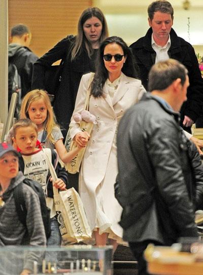 Angelina Jolie dua cac con di nha sach o Anh hinh anh 7