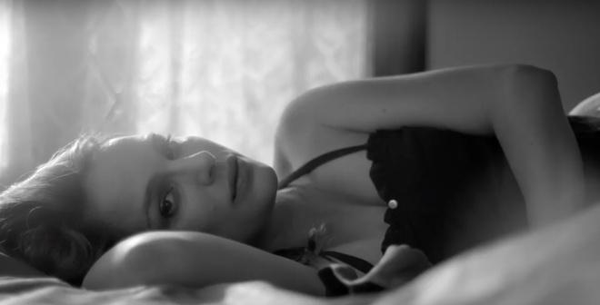 Natalie Portman khoa than khoe bung bau khi dong MV hinh anh 1
