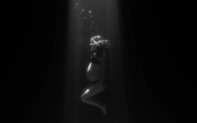 Natalie Portman khoa than khoe bung bau khi dong MV hinh anh 2