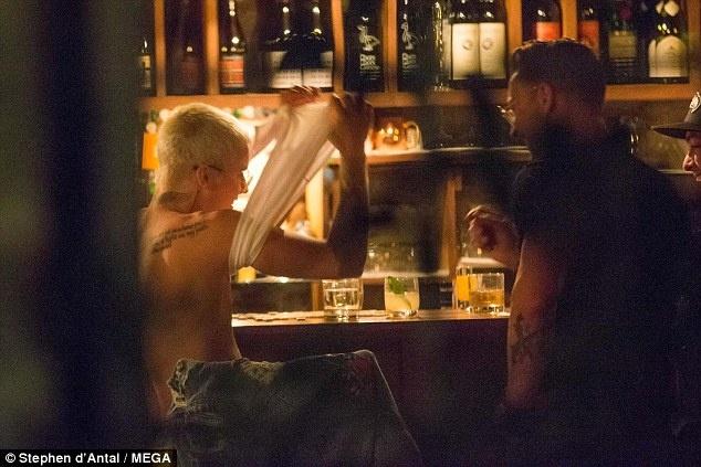 Justin Bieber bat ngo khoa than trong quan bar hinh anh 1