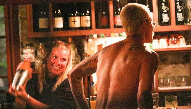 Justin Bieber bat ngo khoa than trong quan bar hinh anh