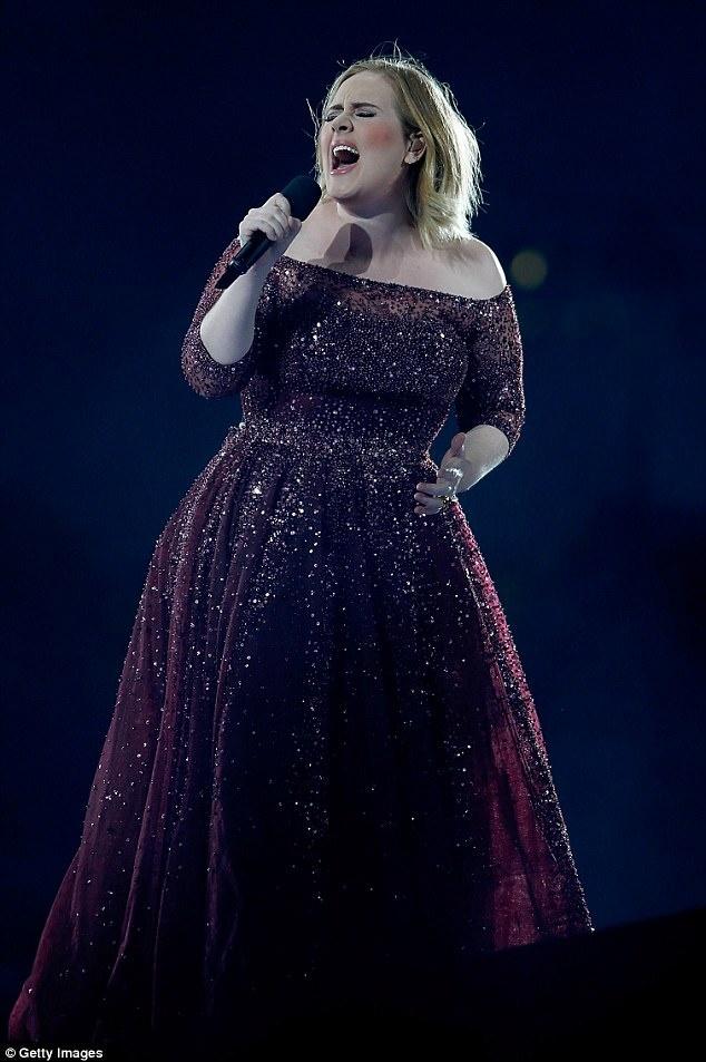 Adele hat tuong niem nan nhan vu khung bo London hinh anh 1