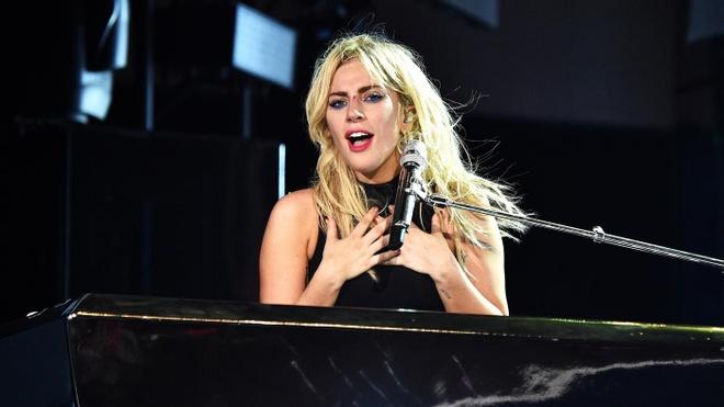 Lady Gaga gioi thieu ca khuc moi 'The Cure' tren san khau Coachella hinh anh