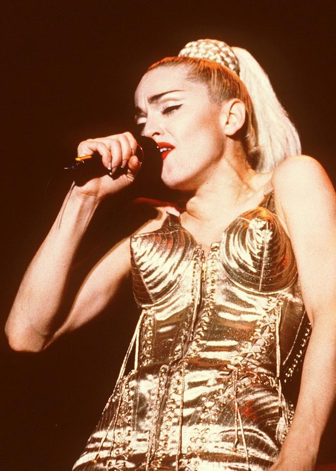 Madonna chi trich phim tieu su ve minh la doi tra, bia dat hinh anh 3