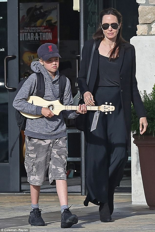 Con gai Angelina Jolie cang lon cang nam tinh hinh anh 8