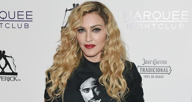 Madonna Chi Trich Phim Tieu Su Ve Minh La Doi Tra, Bia Dat Hinh Anh