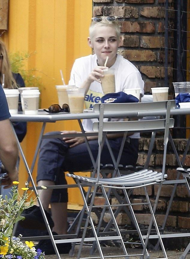 Kristen Stewart vui cuoi ben ban gai dong tinh hinh anh 4