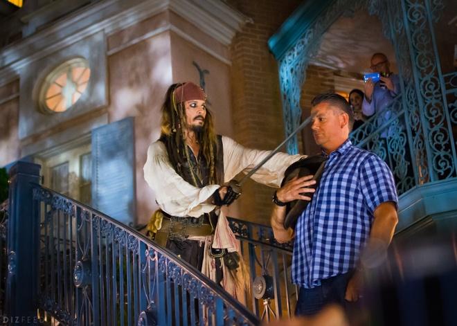 'Jack Sparrow' bat ngo xuat hien ngoai doi tai cong vien Disneyland hinh anh 1