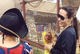 Mac Brad Pitt tieu tuy, Angelina Jolie van vui ve di choi cung cac con hinh anh