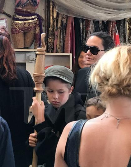 Mac Brad Pitt tieu tuy, Angelina Jolie van vui ve di choi cung cac con hinh anh 4