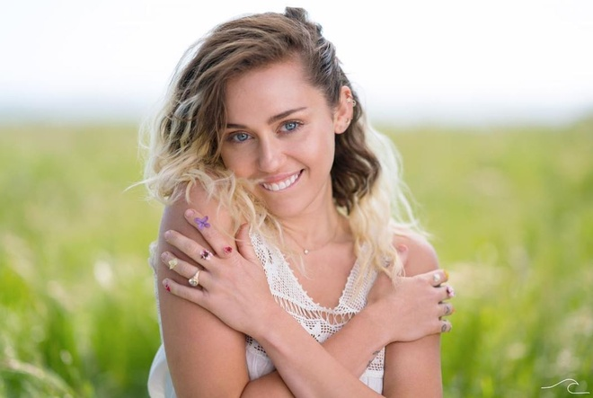 Miley Cyrus diu dang trong MV tang hon phu hinh anh 1