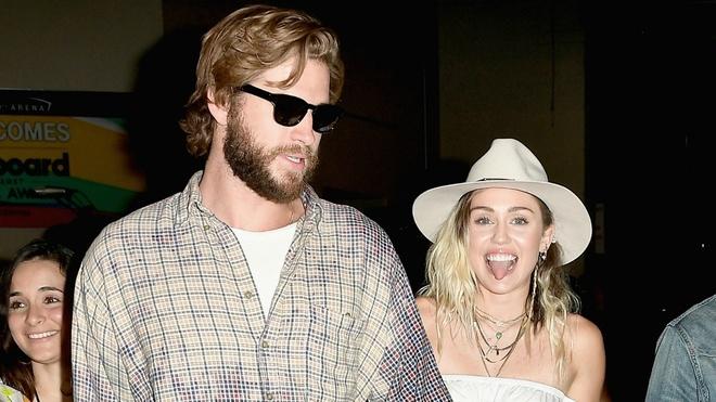 Miley Cyrus bat khoc khi bieu dien tai le trao giai Billboard 2017 hinh anh 3