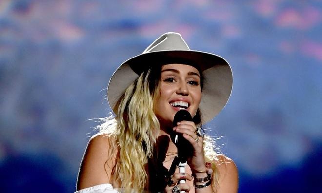 Miley Cyrus bat khoc khi bieu dien tai le trao giai Billboard 2017 hinh anh 1