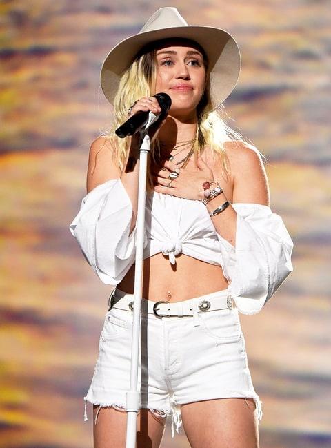 Miley Cyrus bat khoc khi bieu dien tai le trao giai Billboard 2017 hinh anh 2
