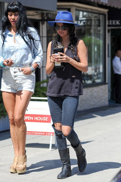 Hoc Selena Gomez cach dien quan jeans phu hop voi ao hinh anh 7