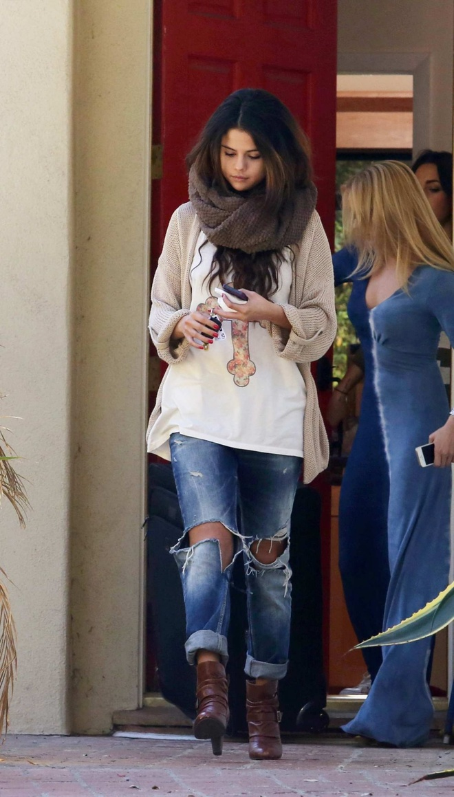 Hoc Selena Gomez cach dien quan jeans phu hop voi ao hinh anh 6