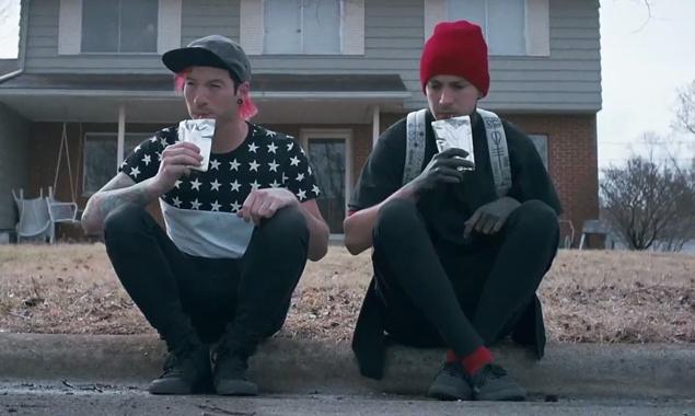 MV 'Stressed Out' cua nhom Twenty One Pilots hinh anh
