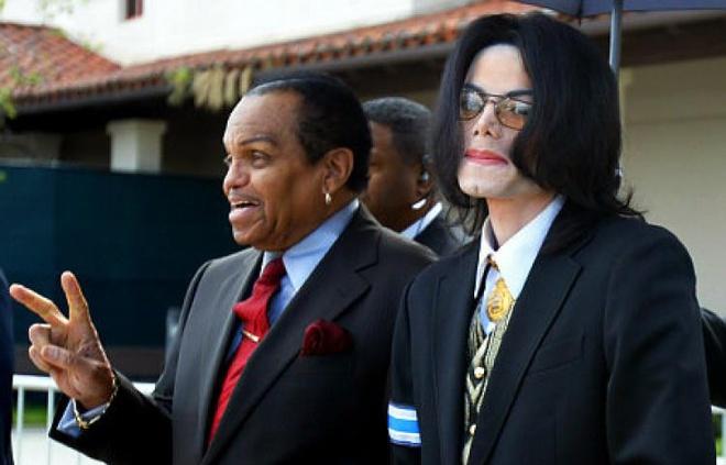 Cha Michael Jackson bi thuong sau tai nan xe hoi hinh anh