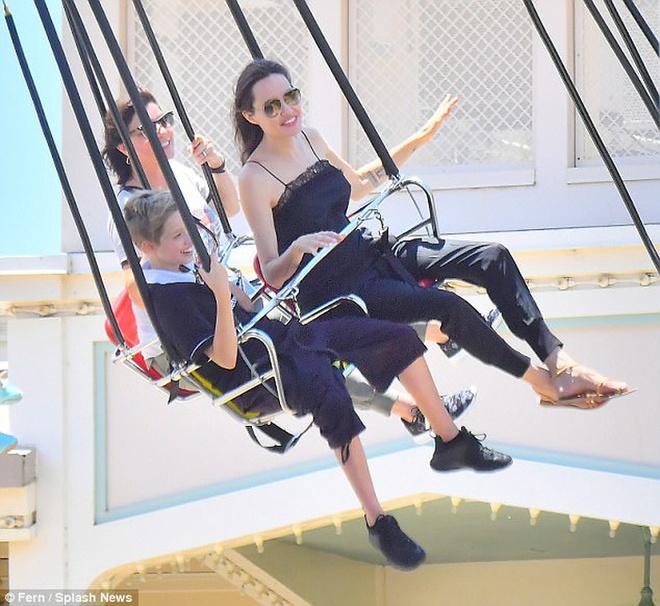 Angelina Jolie dua con di choi mung sinh nhat anh 3