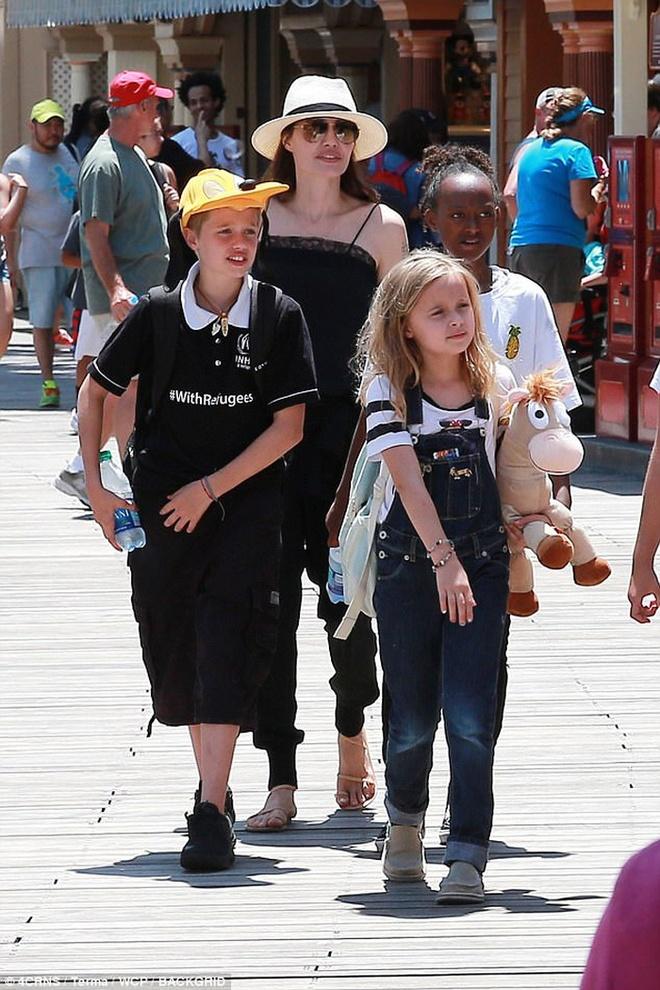 Angelina Jolie dua con di choi mung sinh nhat anh 1