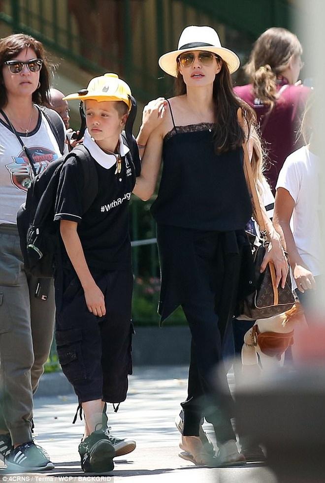 Angelina Jolie dua con di choi mung sinh nhat anh 2