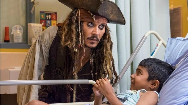 Johnny Depp hoa thuyen truong Jack Sparrow tham hoi benh nhi ung thu hinh anh