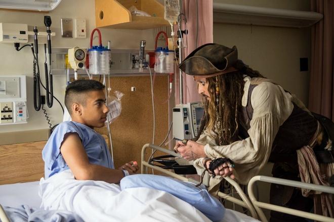 Johnny Depp hoa thuyen truong Jack Sparrow tham hoi benh nhi ung thu hinh anh 7