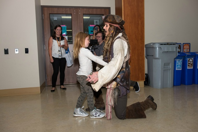 Johnny Depp hoa thuyen truong Jack Sparrow tham hoi benh nhi ung thu hinh anh 6