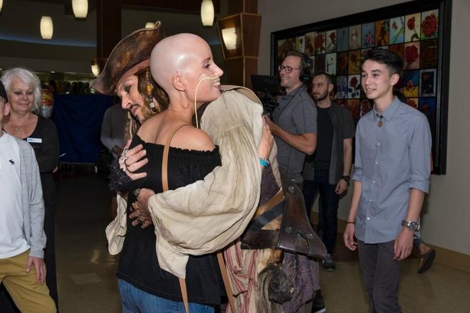 Johnny Depp hoa thuyen truong Jack Sparrow tham hoi benh nhi ung thu hinh anh 4