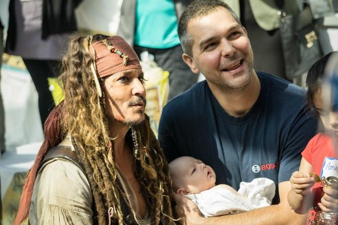 Johnny Depp hoa thuyen truong Jack Sparrow tham hoi benh nhi ung thu hinh anh 8
