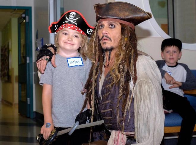 Johnny Depp hoa thuyen truong Jack Sparrow tham hoi benh nhi ung thu hinh anh 3