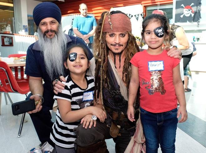 Johnny Depp hoa thuyen truong Jack Sparrow tham hoi benh nhi ung thu hinh anh 1