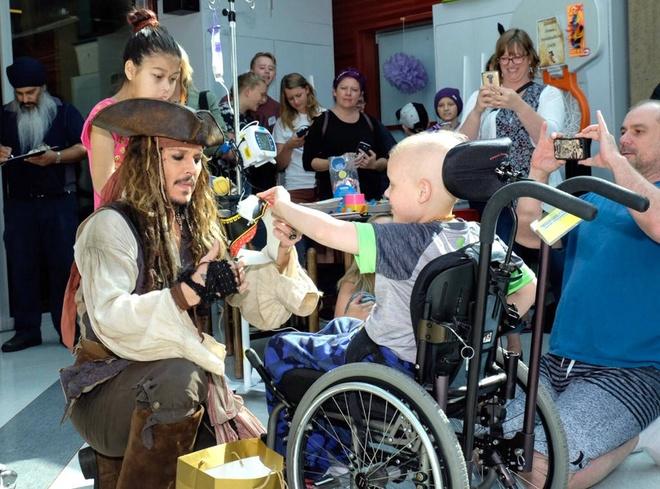 Johnny Depp hoa thuyen truong Jack Sparrow tham hoi benh nhi ung thu hinh anh 5