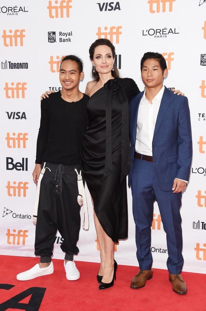 Pax Thien va Maddox phong cach tren tham do cung Angelina Jolie hinh anh 1