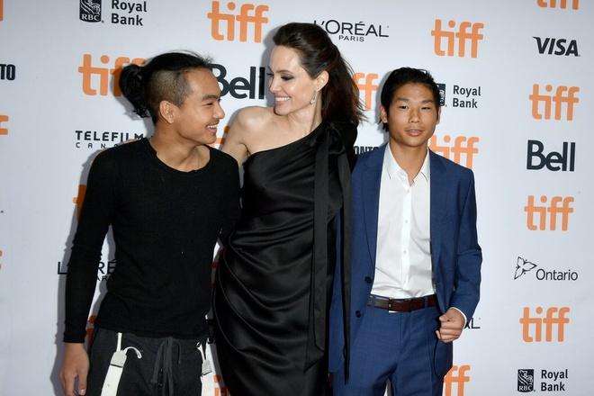 Pax Thien va Maddox phong cach tren tham do cung Angelina Jolie hinh anh 3