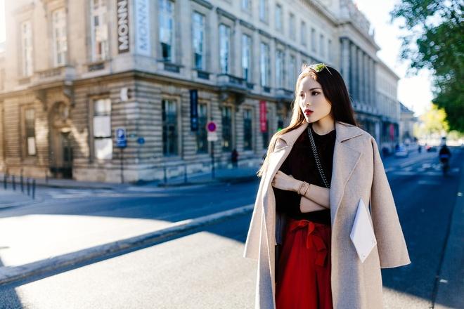 Hoa hau Ky Duyen dien 'cay hang hieu' tren duong pho Paris hinh anh