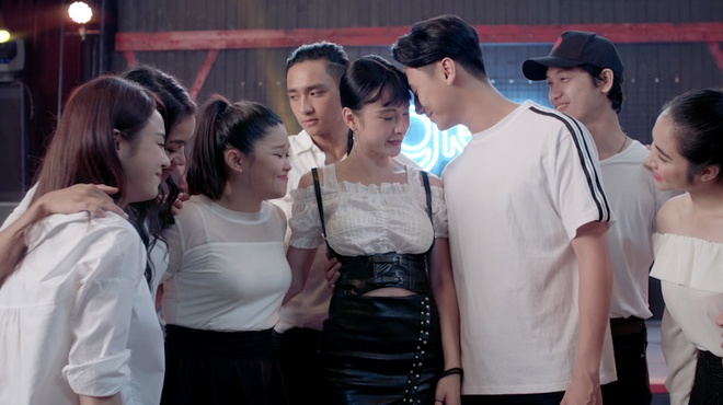 'Glee': Angela Phuong Trinh that tinh, hat hit 'Minh la gi cua nhau' hinh anh 2