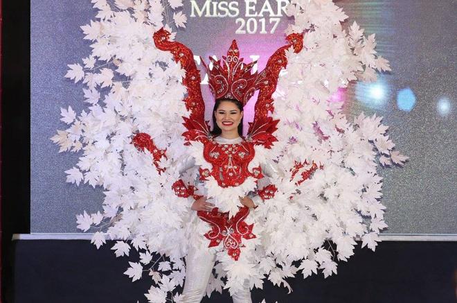 Trang phuc dan toc cua Ha Thu va thi sinh Hoa hau Trai dat 2017 hinh anh 4