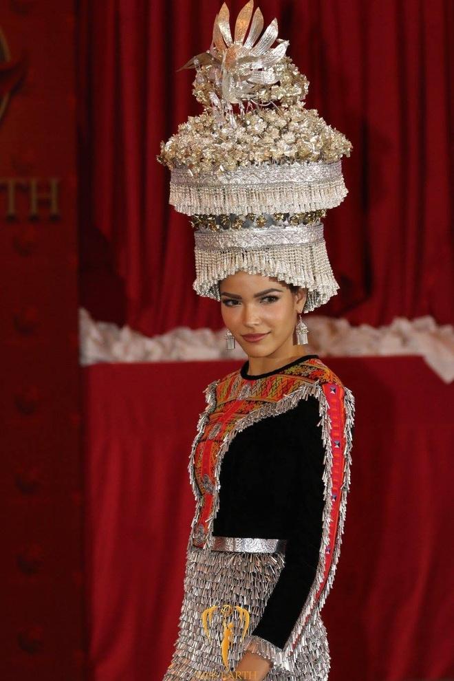 Trang phuc dan toc cua Ha Thu va thi sinh Hoa hau Trai dat 2017 hinh anh 16