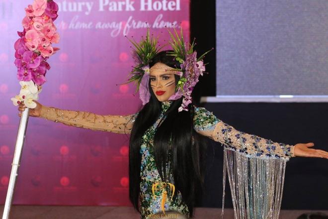 Trang phuc dan toc cua Ha Thu va thi sinh Hoa hau Trai dat 2017 hinh anh 17